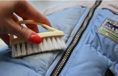 Как отстирать мазут с различных тканей и видов одежды?