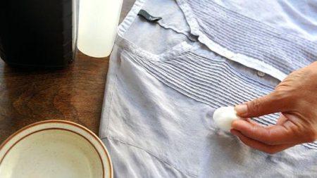 Как вывести желтые пятна с одежды которая долго лежала, чем отстирать?