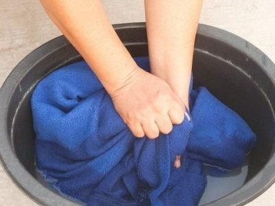 Как удалить пятно от супер–клея с одежды?