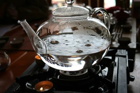 Чистка стеклянного чайника для нагревания на плите